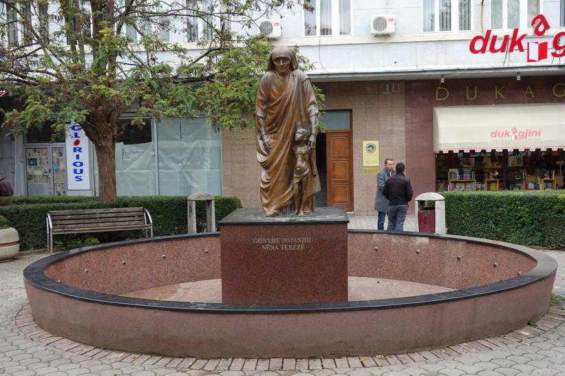 Staty av Moder Teresa längs Mother Teresa Boulevard, Pristina.
