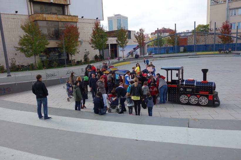 Barn som åker leksakståg i centrala Pristina.