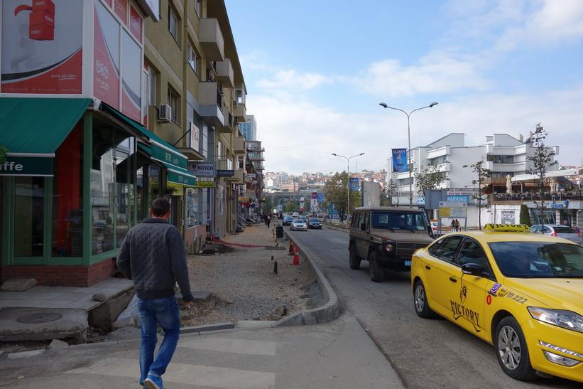Gatuscen i centrala Pristina med en KFOR-jeep i bild.