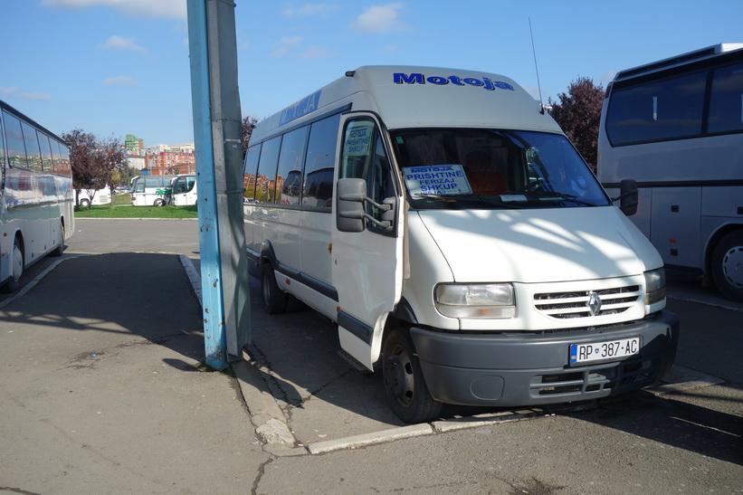 Minibussen som tog mig tillbaka till Skopje. På busstationen i Pristina.