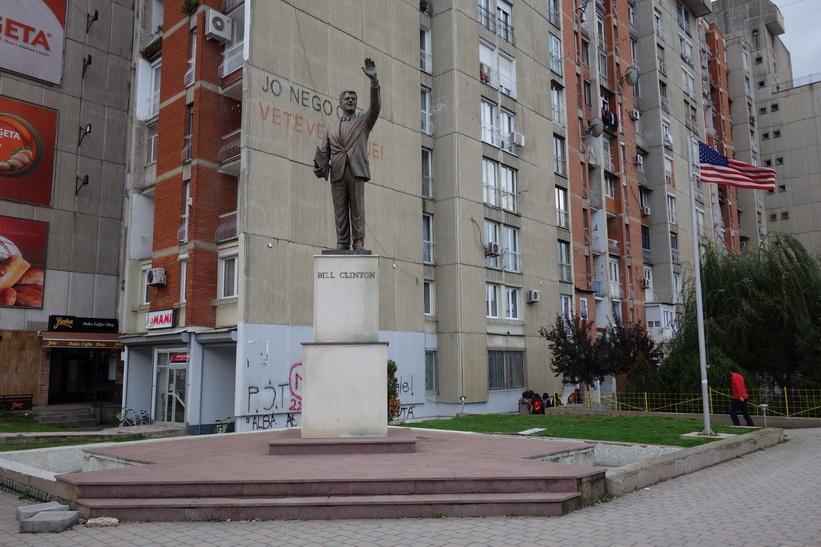 Bill Clinton, Clinton Boulevard, Pristina.