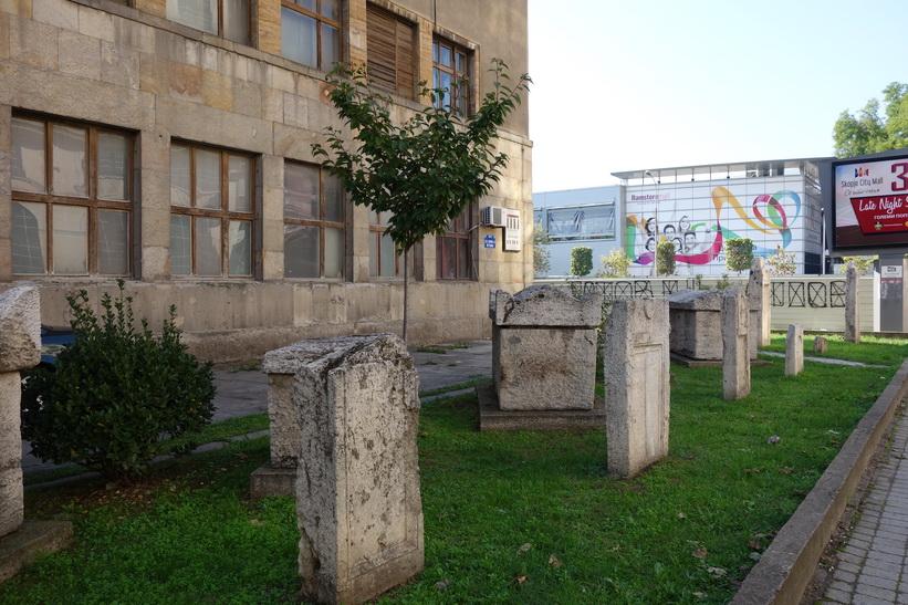 Gravstenar utanför Skopjes gamla tågstation som skadades i den stora jordbävningen 1963.