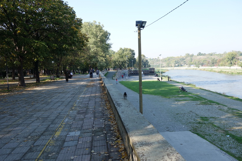 Promenaden vid floden Vardar i centrala Skopje.