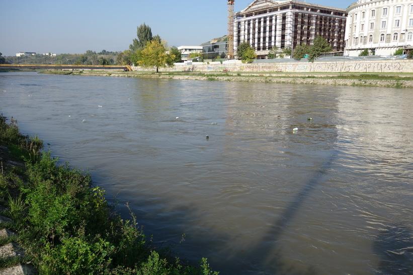 När jag tittade närmare på floden Vardar ovanför broarna trodde jag inte mina ögon. Enorma mängder plastflaskor på väg nedströms, Skopje.