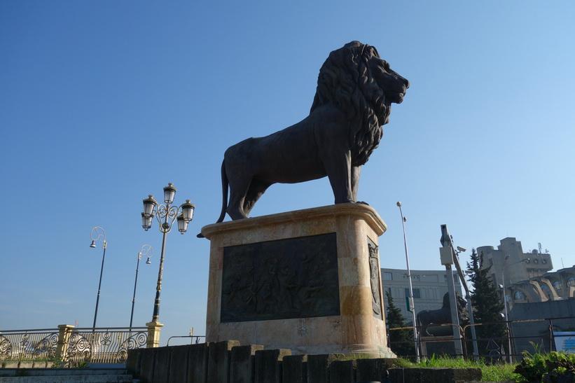 Staty vid bro över floden Vardar i centrala Skopje.