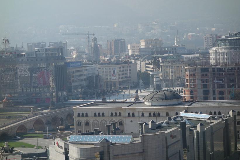 Vy över centrala Skopje från Kale-fästningen. Alexander the Great-statyn kan ses på bilden.