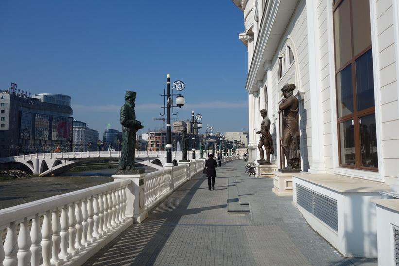 Statyer längs floden Vardar i centrala Skopje. Skopje Eye Bridge syns även på bilden.