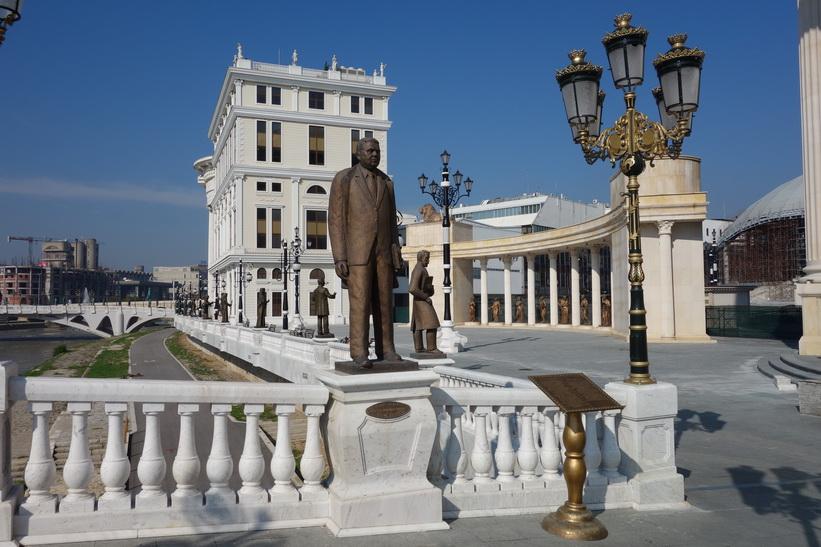 En av många statyer på Skopje Art Bridge.