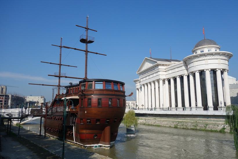 Fartyget i floden Vardar och Archaeological Museum Of Macedonia, Skopje.