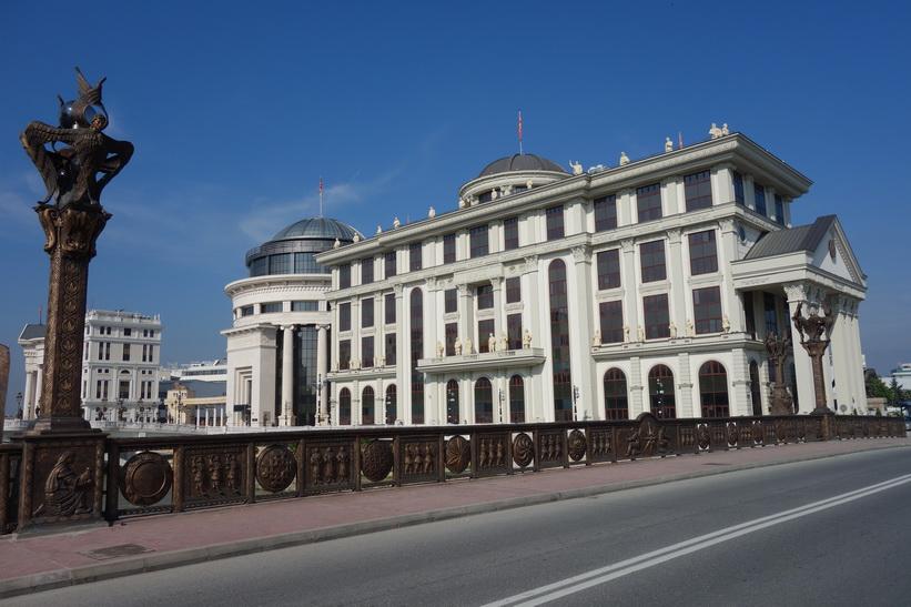 Phillip II of Macedon-bron med Ministry of Foreign Affairs i bakgrunden, Skopje.