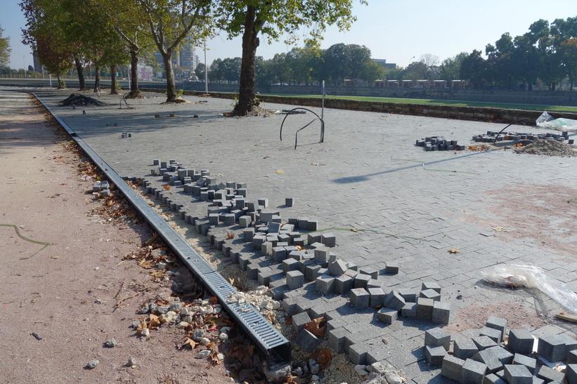 Ny beläggning på gång vid floden Vardar i centrala Skopje.