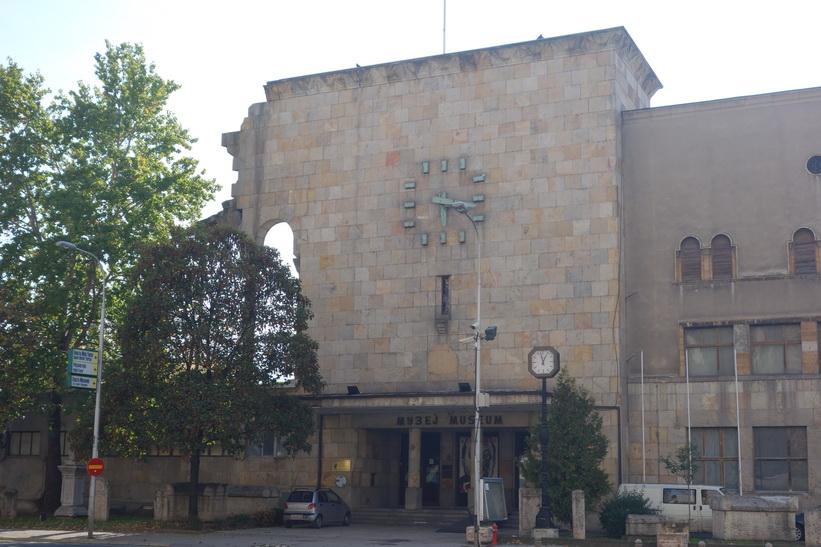 Skopjes gamla tågstation som skadades i den stora jordbävningen 1963. Klockan på fasaden stannade på 05.17, den exakta tidpunkten för jordbävningen.