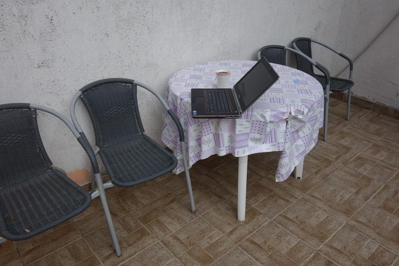 Kaffe och surf i solen på altanen till lägenheten jag hyr i Split.