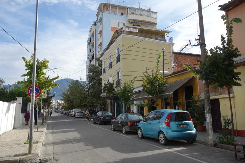 Dream Hotel till höger i bild. Mitt boende i Tirana.
