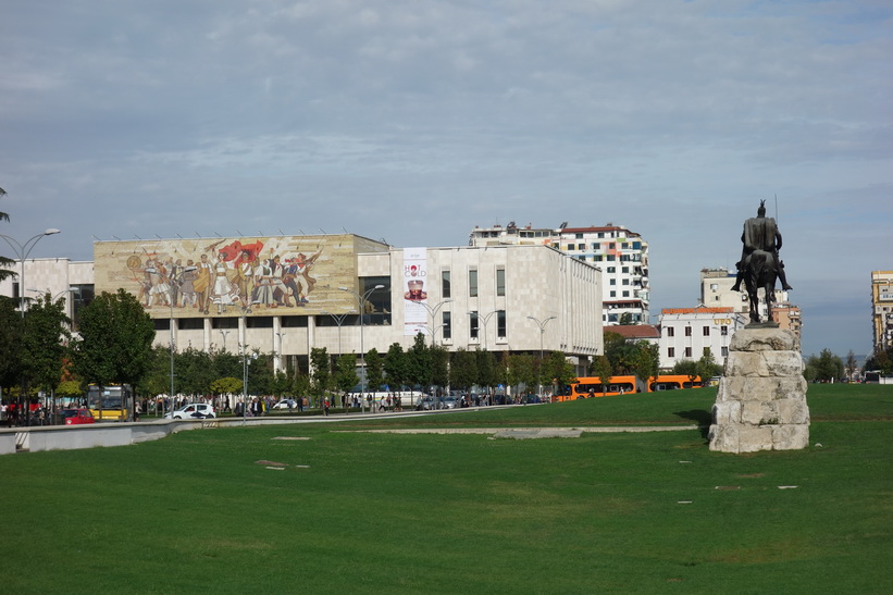 Till vänster i bild nationalhistoriska museet och till höger Skanderbeg-statyn, Skanderbeg Square i centrala Tirana.