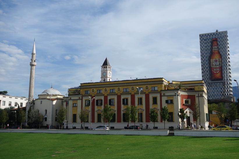 Moskén, stadshuset och del av klocktornet sett från Skanderbeg Square i centrala Tirana.