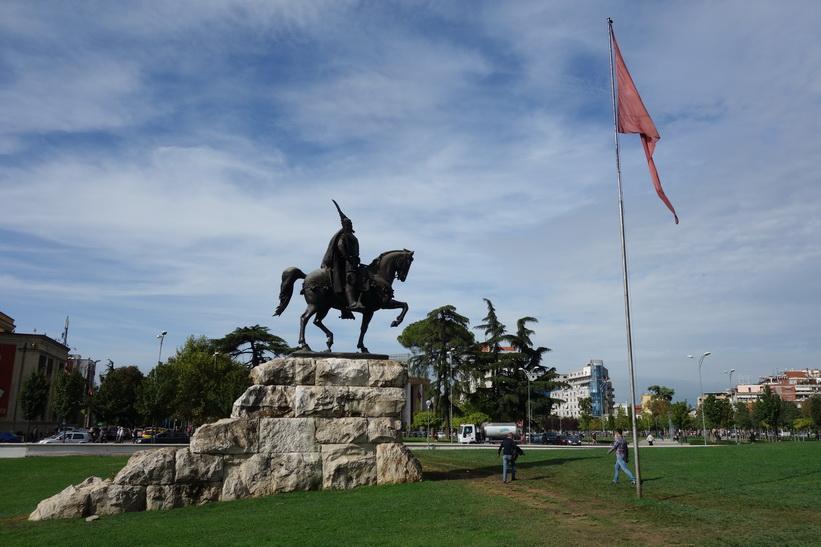 Skanderbeg-statyn på Skanderbeg Square i centrala Tirana.