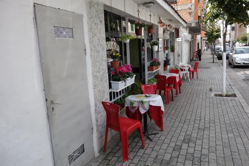 Trevligt gatucafé på gatan där jag bor, Tirana