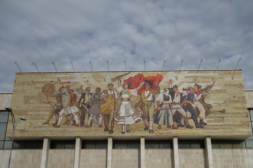 Konstverket som pryder fasaden på nationalhistoriska museet i Tirana.