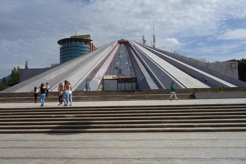 Enver Hoxhas pyramid uppförd 1988 och ritad av bland annat hans dotter, Tirana.