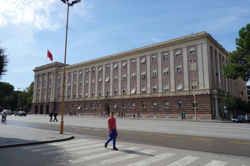 Regeringsbyggnad längs Dëshmorët e Kombit Boulevard, Tirana.