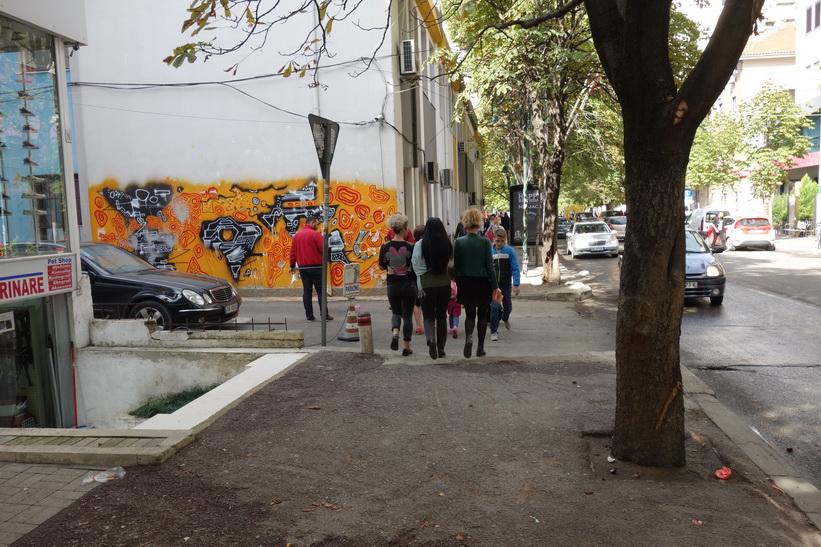 Gatuscen i stadsdelen Blloku i centrala Tirana. Hit hade vanliga albaner inte tillträde under kommunisttiden.