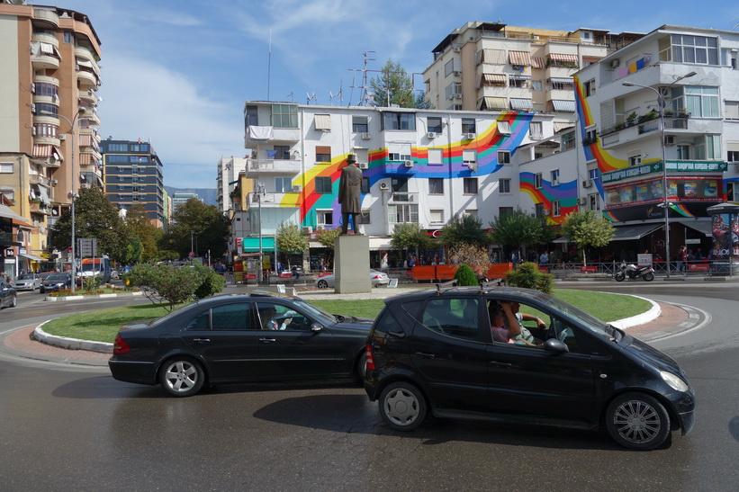 Rondellen som markerar ena hörnet av stadsdelen Blloku, Tirana.