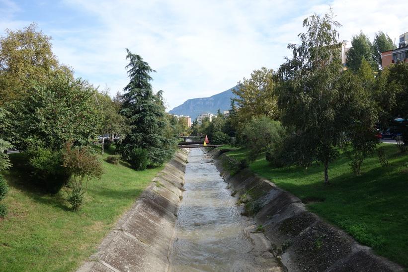Lana River, Tirana. Enligt hörsägen är vattnet så förorenat att det inte finns några fiskar som kan leva i floden.