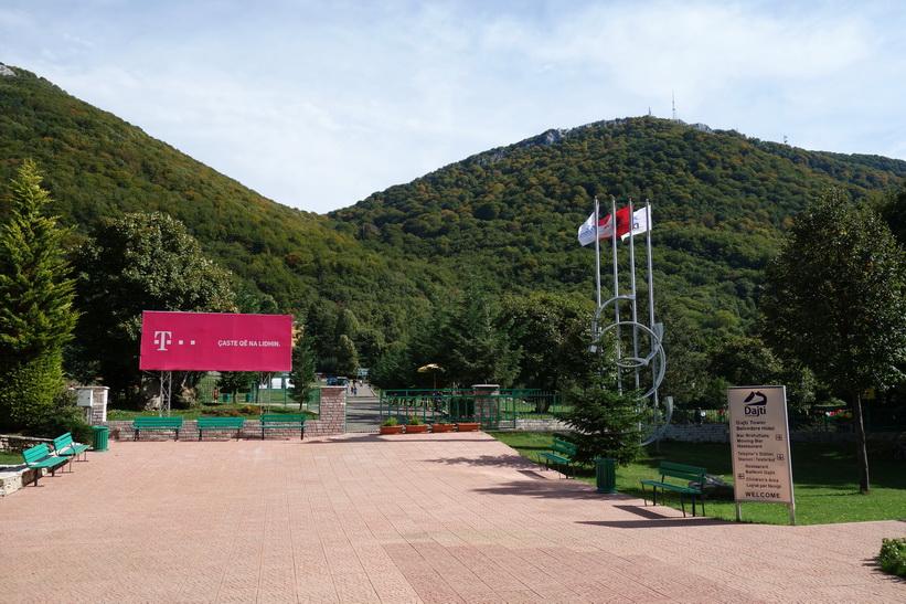 Vid linbanestationen för Dajti Express nära toppen av Mount Dajti, Tirana.