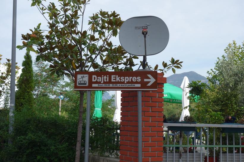 Promenaden upp till linbanestationen för Dajti Express, Tirana.