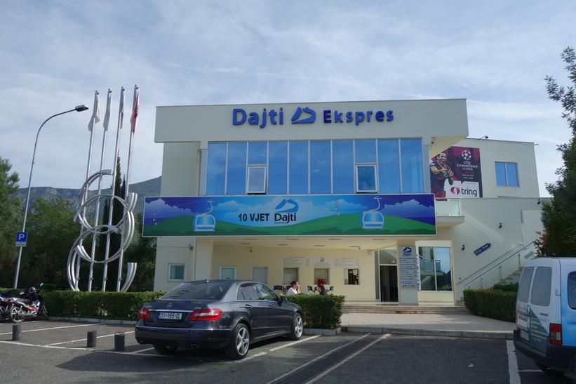 Framme vid linbanestationen för Dajti Express, Tirana.