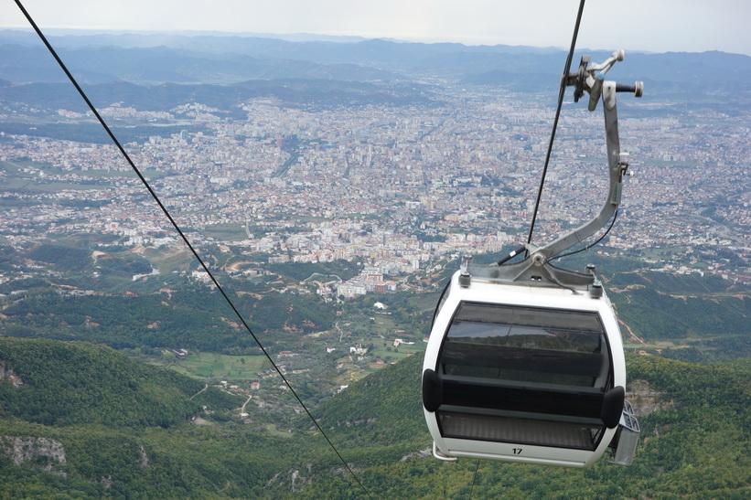 Vy från linbanestationen över Tirana.