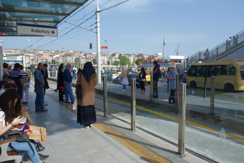 Byte från metro till tram (spårvagn) på väg från flygplatsen in till Sultanahmet, Istanbul.