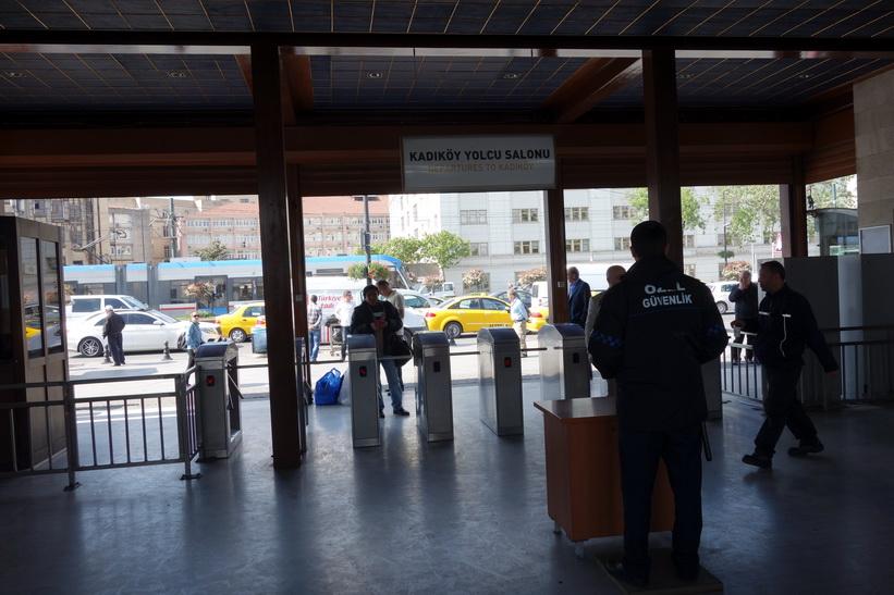 Stationen i Eminönü för färjor till stadsdelen Kadiköy på den asiatiska sidan av Istanbul.