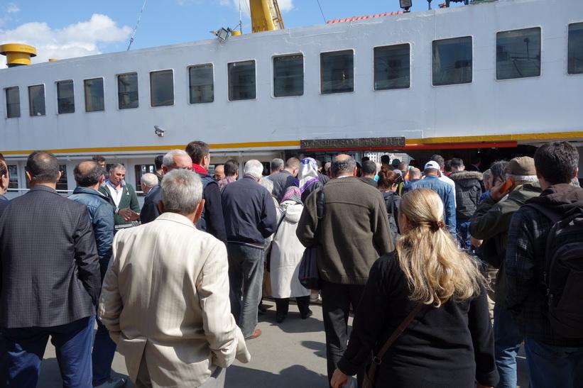 Ombordstigning på färjan till stadsdelen Kadiköy på den asiatiska sidan av Istanbul.