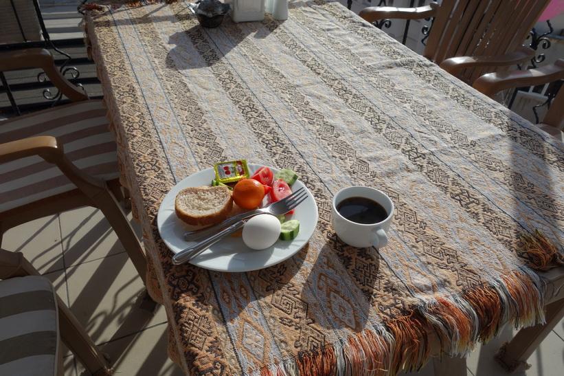 Frukosten är viktig. För att orka med all sightseeing får man ta några såna här vändor, Marmara guesthouse, Istanbul.