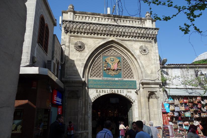 En av entréerna till mäktiga Grand Bazaar, Istanbul.