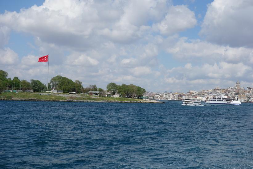 Färjan till Kadiköy passerar spetsen av den halvö som tillhör stadsdelen Fatih där jag bor, Istanbul.