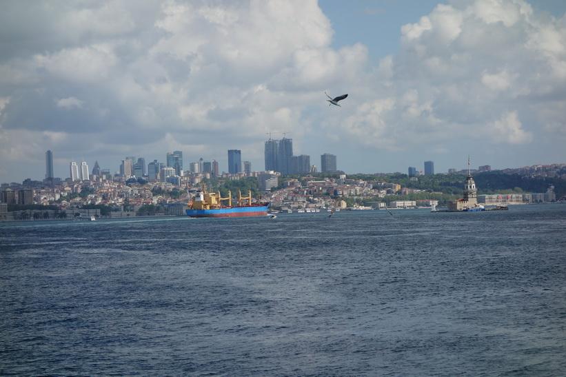 Till höger i bild syns Leandertornet på den lilla ön i Bosporen utanför stadsdelen Üsküdar, Istanbul.