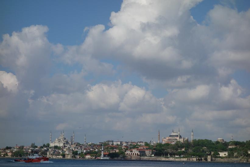 Två världsberömda byggnader. Blå moskén till vänster och Hagia Sophia till höger i bild, Istanbul.