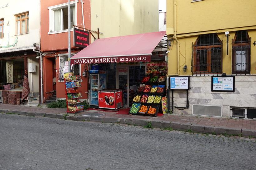 Affären i närheten av mitt boende, där jag handlar vatten och frukt, Sultanahmet, Istanbul.