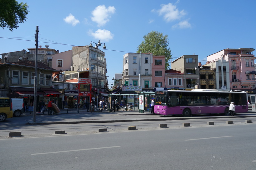 Gatuscen längs gatan Söğütlüçeşme i Kadiköy, Istanbul.