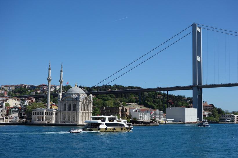 Ortaköy-moskén vid Bosporenbron, Bosporen-turen, Istanbul.