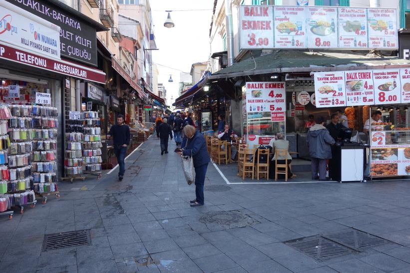 Norra entrén till gatan Güneşli Bahçe i centrala Kadiköy, Istanbul.