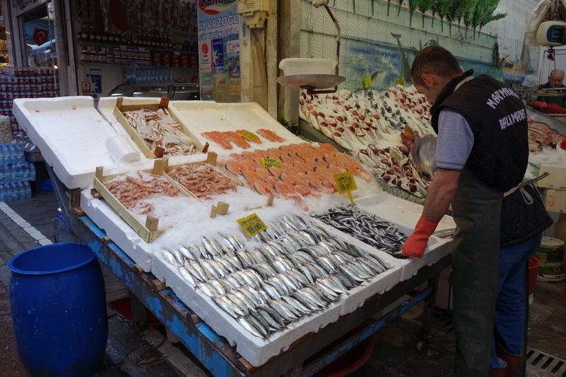 Fiskhandlare längs gatan Güneşli Bahçe i centrala Kadiköy, Istanbul.