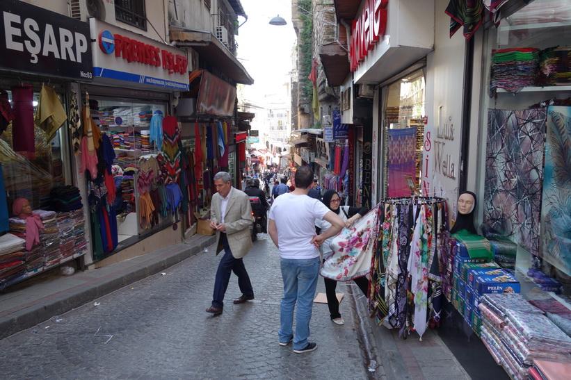 Gatuscen längs en av gränderna i anslutning till Grand Bazaar, Istanbul.