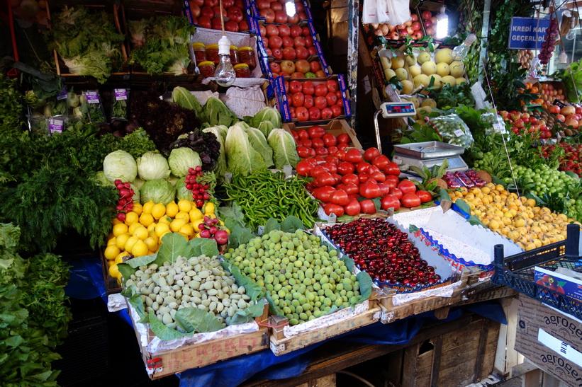 Frukt- och grönsaksstånd längs gatan Güneşli Bahçe i centrala Kadiköy, Istanbul.