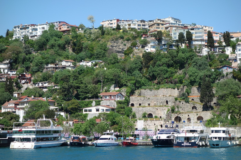 De välbeställdas hus och båtar i perfekt läge vid Bosporen, Bosporen-turen, Istanbul.