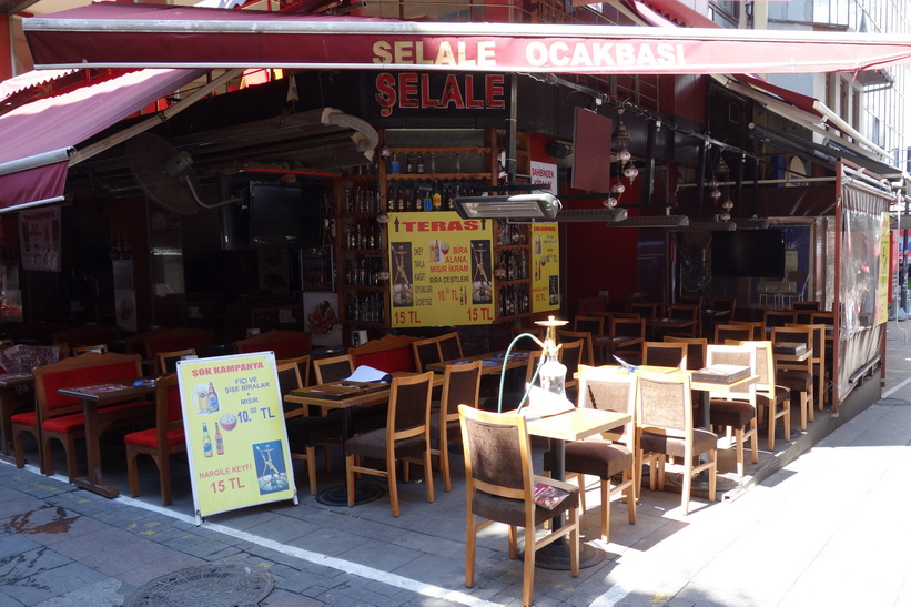 Restaurang längs gatan Güneşli Bahçe i centrala Kadiköy, Istanbul.