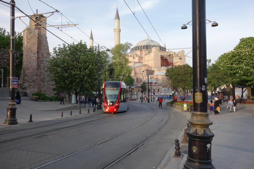 Spårvagn på linje T1 med världsberömda Hagia Sophia i bakgrunden, Sultanahmet, Istanbul.